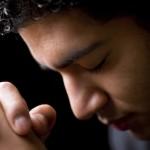 ¿Debemos evitar orar en voz alta porque Satanás nos puede estar escuchando?