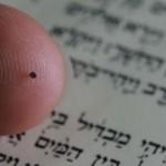 La Biblia más pequeña del mundo es más pequeña que una cabeza de alfiler