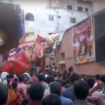 Estatua del dios hindú Ganesha se desploma sobre la multitud