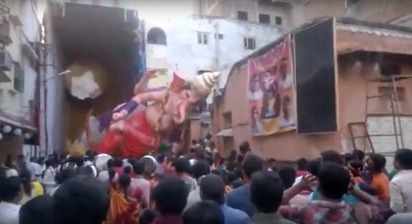 estatua dios hindu ganesha se desploma sobre la multitud