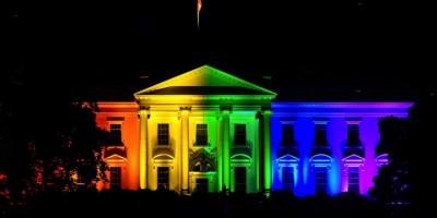 Casa blanca luces arcoiris