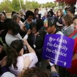 """15 líderes de iglesia y rabinos celebraron un """"servicio de bendición"""" para una clínica de aborto"""