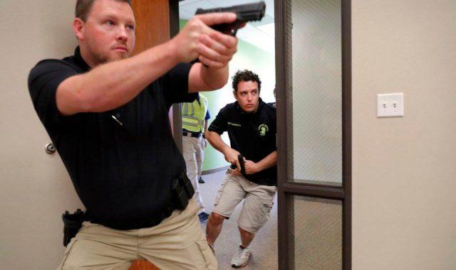 Iglesias entrenan fieles para casos de tiroteo