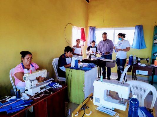 Pastor nicaragüense confecciona mascarillas para regalarlas